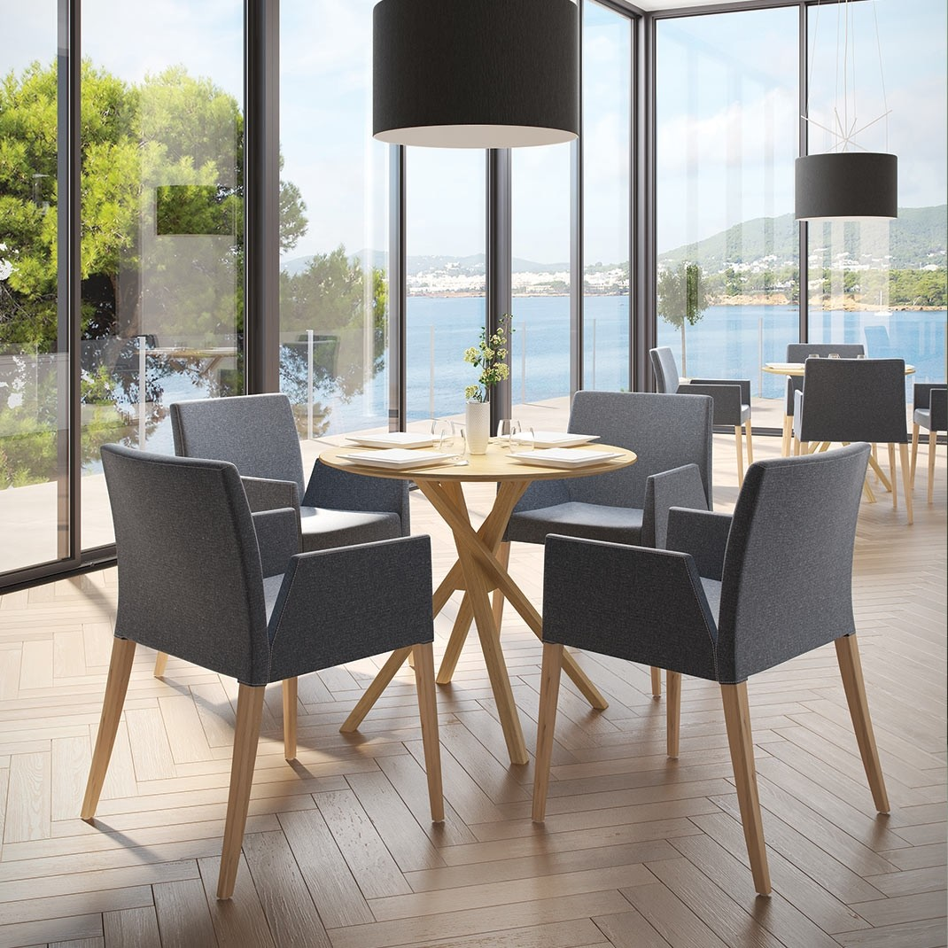 Akira oak round dining table